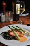 Plaque des saumons avec l'asperge Photo libre de droits