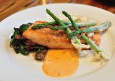 Plaque des saumons avec l'asperge Photo stock