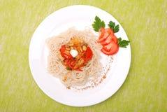 Plaque des spaghetti avec des champignons de couche et des tomates Images stock