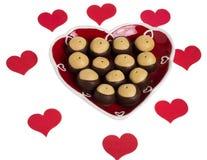 Plaque en forme de coeur avec des coeurs et des biscuits de maronnier américain Photo stock