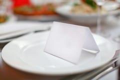 Plaque et carte vierges pour des invités dans le restaurant Image stock