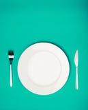 Plaque, fourchette et couteau blancs Photographie stock libre de droits