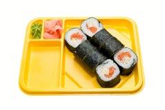 Plaque jaune avec des rouleaux de sushi Photos libres de droits