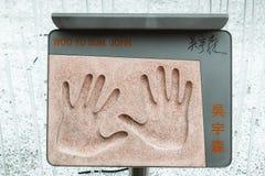 Plaque met de handafdruk van legendarische Chinese die actieregisseur John Woo in de Tuin van Sterren in Hong Kong wordt geplaats stock afbeelding