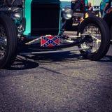 Plaque minéralogique de drapeau confédéré sur des croisières automatiques de vintage au sud de Mason Dixon Lline Photo libre de droits