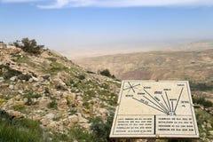 Plaque montrant la distance du bâti Nebo à de divers emplacements, Jordanie, Moyen-Orient Image stock