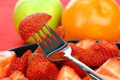 Plaque noire avec les fraises fraîches de coupure Images libres de droits