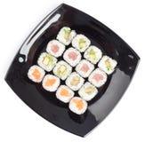 Plaque noire de rectangle avec des sushi Images stock
