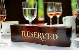 Plaque réservée sur une table de restaurant Image libre de droits