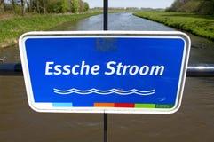 Plaque signalétique colorée étroite de la rivière courte Essche Photographie stock libre de droits