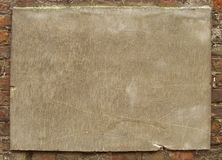 Plaque sur un vieux mur de briques utilisé Photo stock