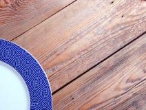 Plaque sur une table en bois Images stock