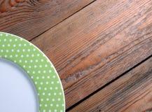 Plaque sur une table en bois Photographie stock
