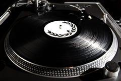 Plaque tournante écoutant l'enregistrement d'acoustique de vinyle photo stock