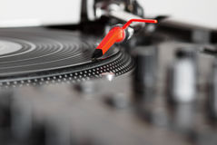 Plaque tournante écoutant l'enregistrement de vinyle image libre de droits