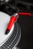 Plaque tournante écoutant l'enregistrement de vinyle photographie stock libre de droits