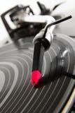 Plaque tournante écoutant l'enregistrement de vinyle avec la musique photo libre de droits