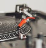 Plaque tournante écoutant l'enregistrement de vinyle avec la musique Photographie stock