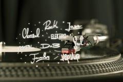 Plaque tournante avec des genres de vinyle et de musique écrits Photographie stock libre de droits
