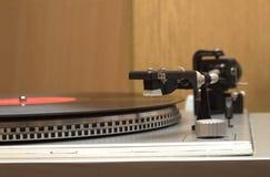 Plaque tournante avec le plan rapproché de disque vinyle Image libre de droits