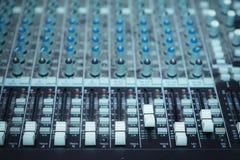 Plaque tournante du DJ, équipement de boutons pour le contrôle de mixeur son Image stock