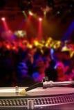 Plaque tournante du DJ avec le disque vinyle dans la boîte de nuit Photos stock
