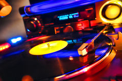 Plaque tournante du DJ écoutant l'enregistrement de vinyle dans le club de danse Photographie stock libre de droits