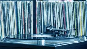 Plaque tournante du DJ sur le fond de vinyle Image stock