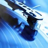 Plaque tournante jouant le disque vinyle avec la musique Images libres de droits