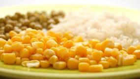 Plaque verte avec la nourriture végétarienne Photos stock