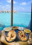 Plaques avec la langoustine sur la table à l'hublot avec de l'o aimable Photo stock