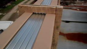 Plaques d'acier de levage sur le toit clips vidéos