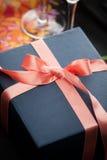Plaques de dîner et couverts avec un cadeau Images stock