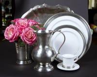 Plaques de dîner et plateau élégants de portion Photo stock