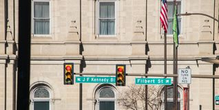 Plaques de rue de blvd et d'aveline de J F Kennedy sur un poteau de feu de signalisation dans la rue centrale Philadelphie image libre de droits