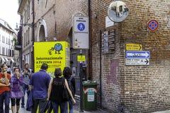 Plaques de rue de château et de cathédrale à Ferrare photo libre de droits