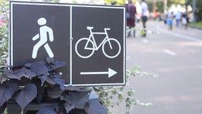Plaques de rue des directions pour des cyclistes et des piétons banque de vidéos