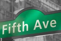 Plaques de rue pour Fifth Avenue dans NYC illustration libre de droits