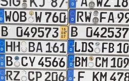 Plaques minéralogiques allemandes sur un mur Images libres de droits