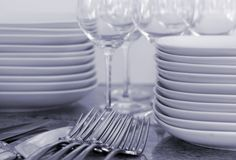 Plaques, verres à vin, couverts - image modifiée la tonalité Photo stock
