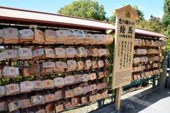 Plaques votives japonaises (AME) accrochant dans le temple de Kiyomizu, Kyoto Photographie stock libre de droits