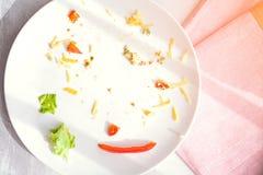 Plaquez avec la nourriture de miettes et la fourchette utilisée Photographie stock libre de droits