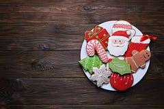 Plaquez complètement des biscuits savoureux de Noël sur la table en bois brune Images stock
