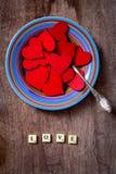Plaquez complètement des coeurs rouges avec amour des textes Photos libres de droits