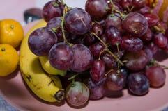 Plaquez complètement des fruits frais sur une table de fête image stock