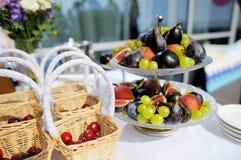 Plaquez complètement des fruits sur une table de fête Photos stock