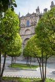 Plasencia domkyrka från trädgården för orange träd, Spanien Royaltyfria Foton