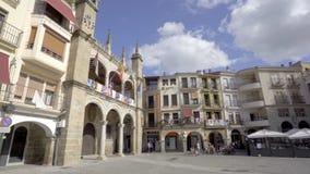 Plasencia, Espanha - em abril de 2019: Quadrado principal e câmara municipal província de Plasencia, Caceres, Extremadura, Espanh filme