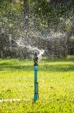 Plaska från en sprinkler på trädgården Royaltyfri Foto