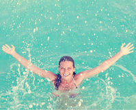 plaska vatten för flicka Fotografering för Bildbyråer